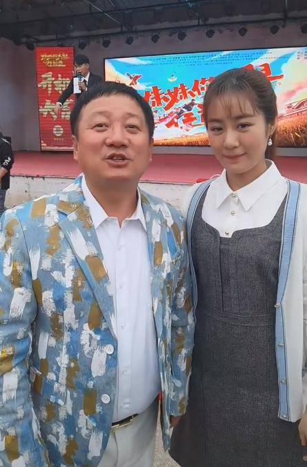 谢广坤戴假发变年轻,站王小蒙身边似小伙,网友:像两口