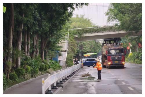 突发!南宁葫芦鼎大桥往竹溪大道新兴苑段过街天桥发生坍塌