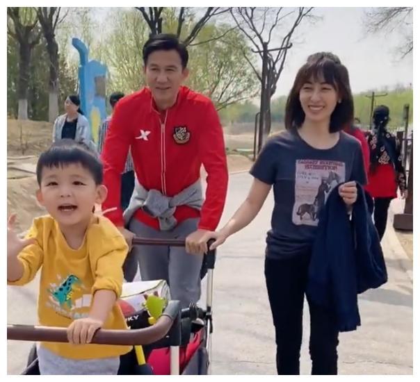 李子雄携老婆儿子踏青,推着一车行李很土豪,夫妻却像父女