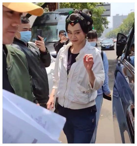 刘雪华在横店拍戏,一脸浓妆也难掩老态,网友:61岁的女人不容易