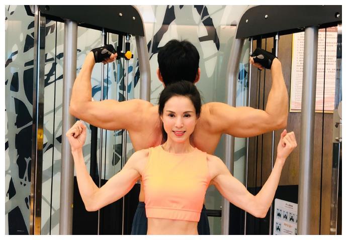 55岁李若彤晒与张丰毅健身合影,腹肌马甲线明显,状态完胜小年轻