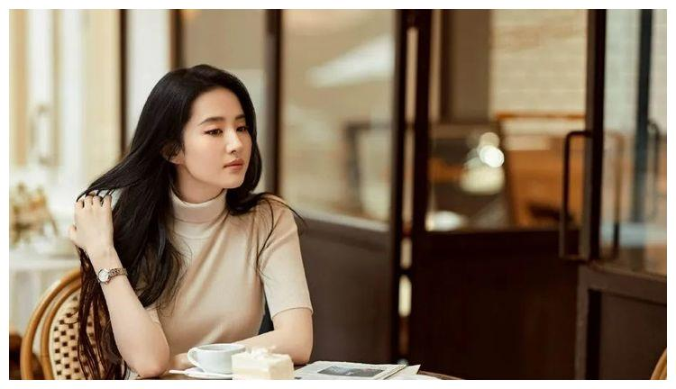 刘亦菲穿针织衫太柔美了!雪肤玉貌靓丽多姿魅力十足