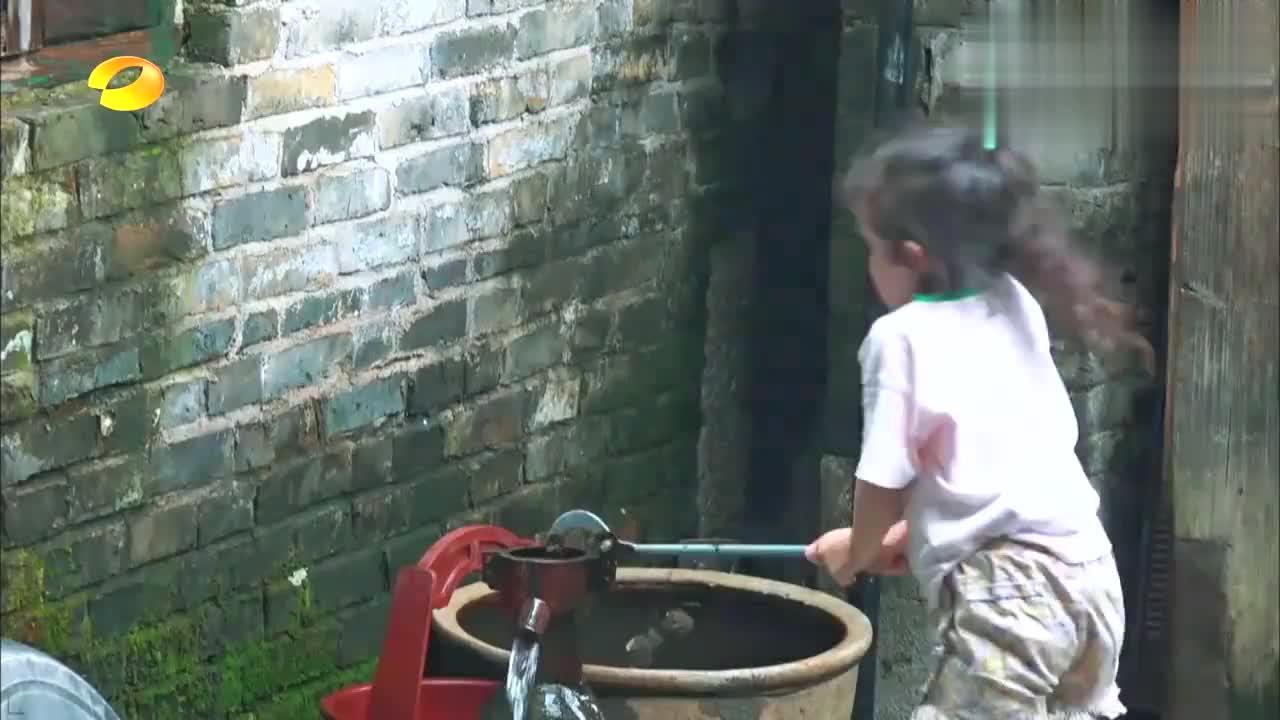 6岁萌娃吃完饭,准备只拿自个的碗去洗,妈妈的一通教育太赞
