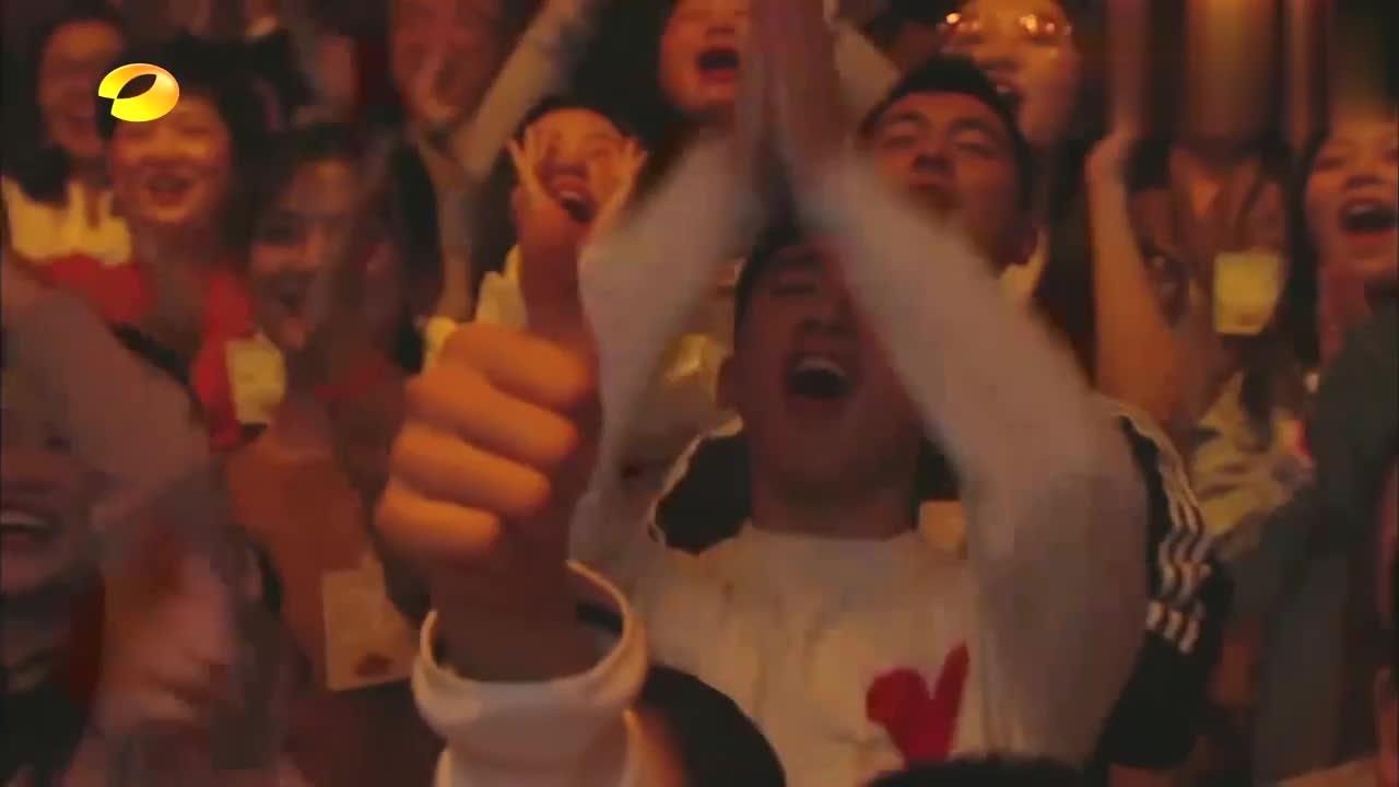 """杨坤唱嗨了,险些冲到观众席去!""""低调""""回应:我还可以跑更远!"""