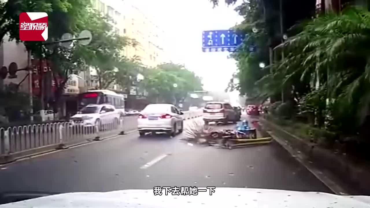女外卖员雨天送餐途中不慎摔倒,随后路人的举动让人分外暖心