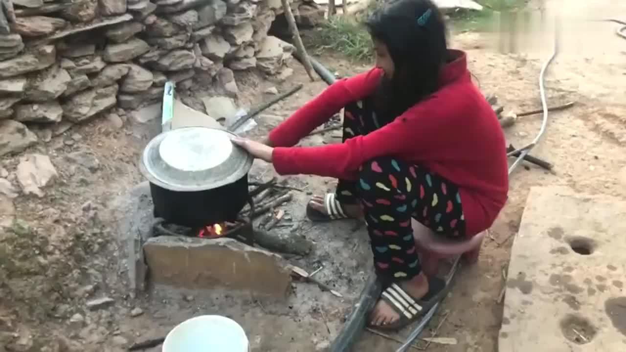 老外:尼泊尔妹子生活,最小的孩子都要起来做事,一整天都在忙