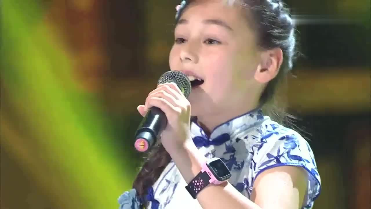 歌声的翅膀:8岁中美混血女孩,演唱中国民歌我的祖国,好听