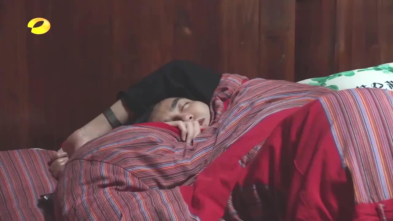 吴亦凡被自己叫醒,居然坐在床上跳舞?