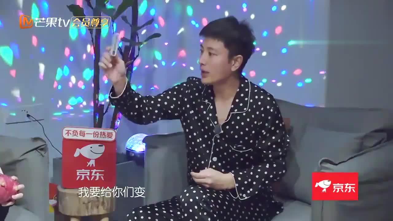 贾乃亮表演扑克牌魔术,谁料遭孟佳故意拆台,真是一个小捣蛋鬼!
