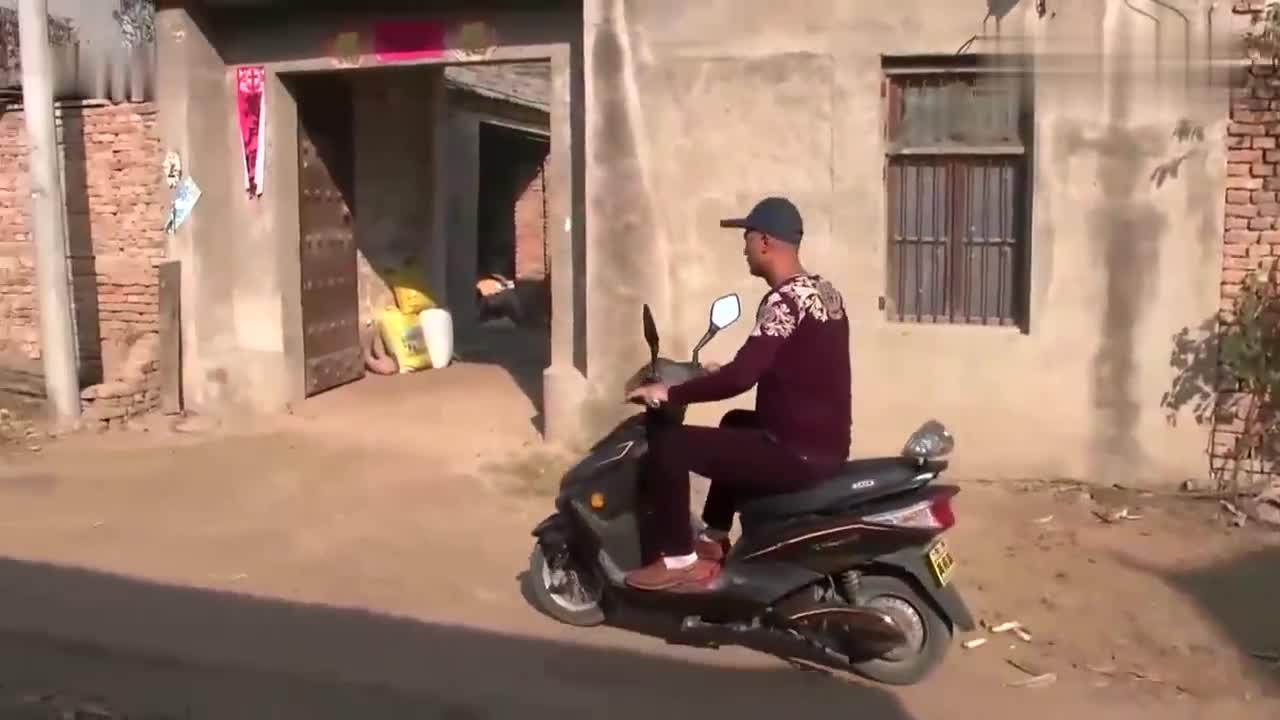 小伙骑车跟踪五叔,没想到他竟偷煤卖钱,太黑心了