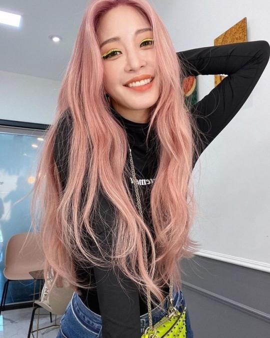 韩艺瑟粉色发型大胆改变形象! 公开近况镜头