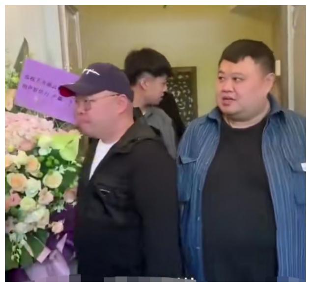 郭德纲与老婆王惠罕同框,前后出行装扮低调,女方戴金表贵气逼人