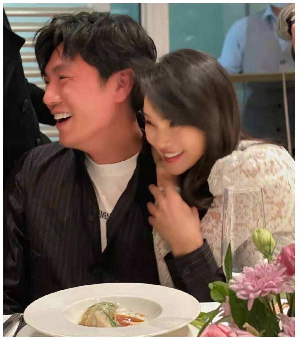 伊能静53岁生日宴照片曝光,与秦昊贴脸拍照,太娇羞可爱了