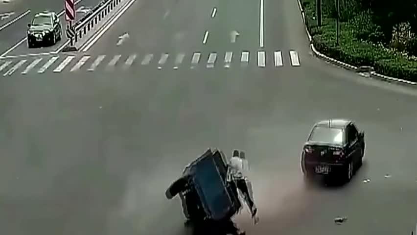 建国之后不准成精,无人驾驶的三轮车甩掉主人后又拐回来再碾一下