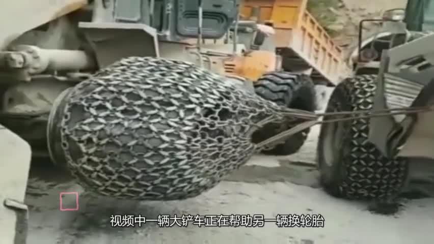 第一次见这种换轮胎的,大货车:这双鞋子太难脱了!