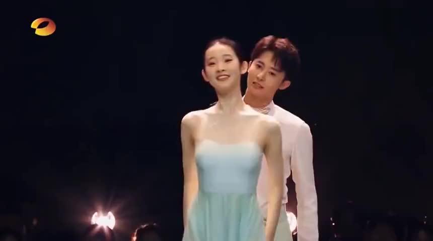 32岁的毛晓彤遇上20岁的张艺凡,拉丁舞vs芭蕾舞,这差距一