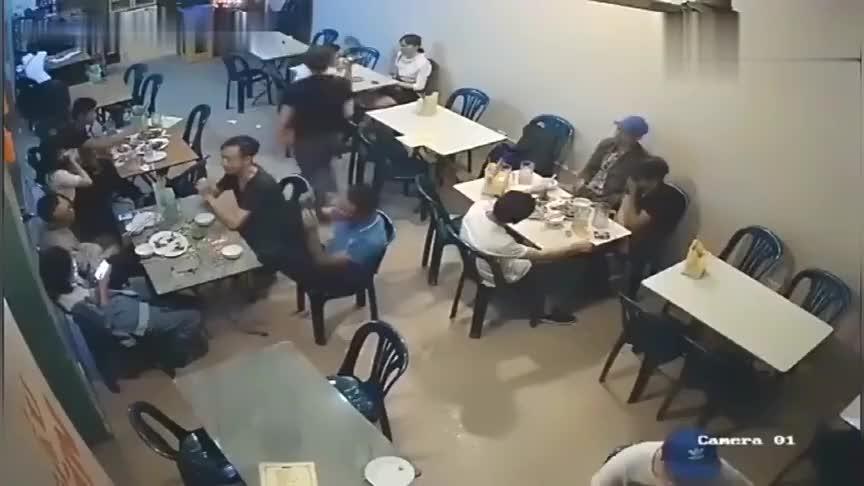 男子被人猛扇耳光,同桌好友淡定围观,如果不是监控拍下谁信