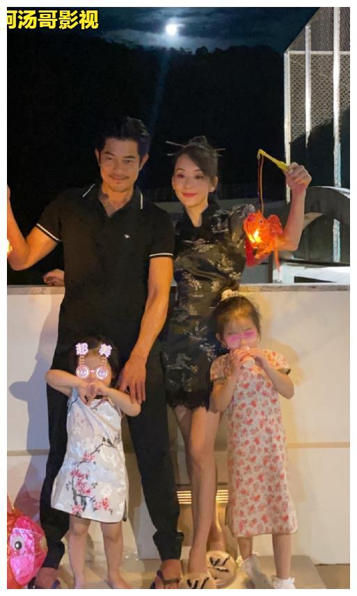 天王郭富城,一家四口在天台赏月,妻子穿旗袍颜值抢镜
