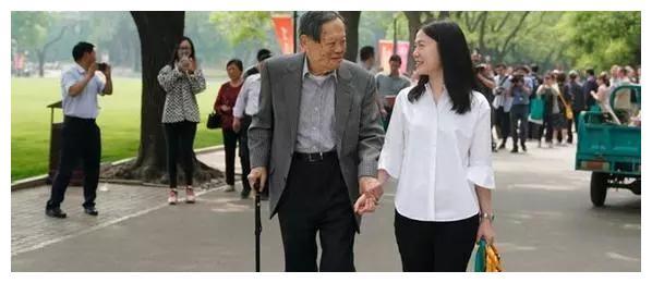98岁杨振宁,同意嫩妻改嫁,遗嘱分配曝光,令人心酸