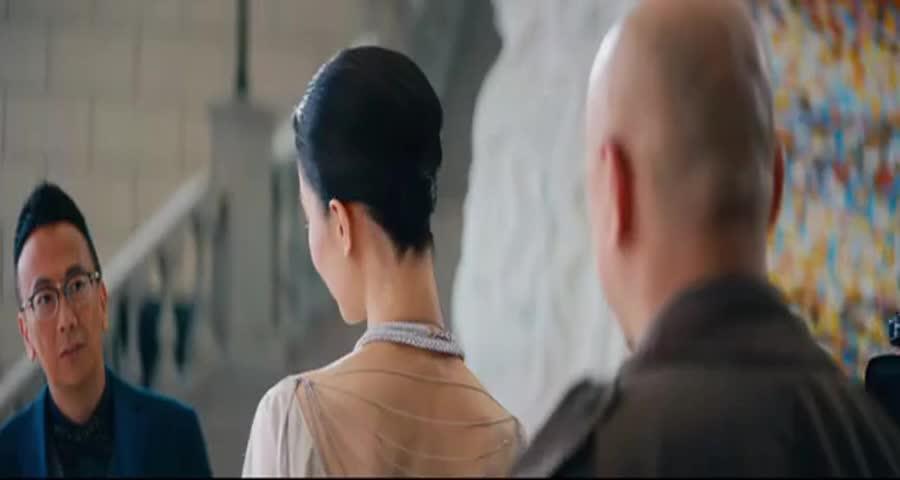 初恋女友刚好要转过脸,没想小舅子把他的头套住了,大叔气坏了