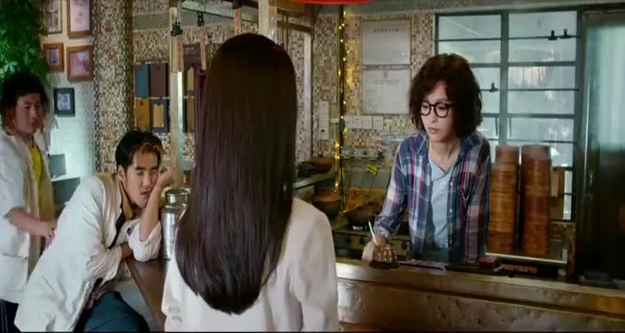 丑女去高级餐厅,服务员故意给她上法国菜单,谁知丑女法语太溜了