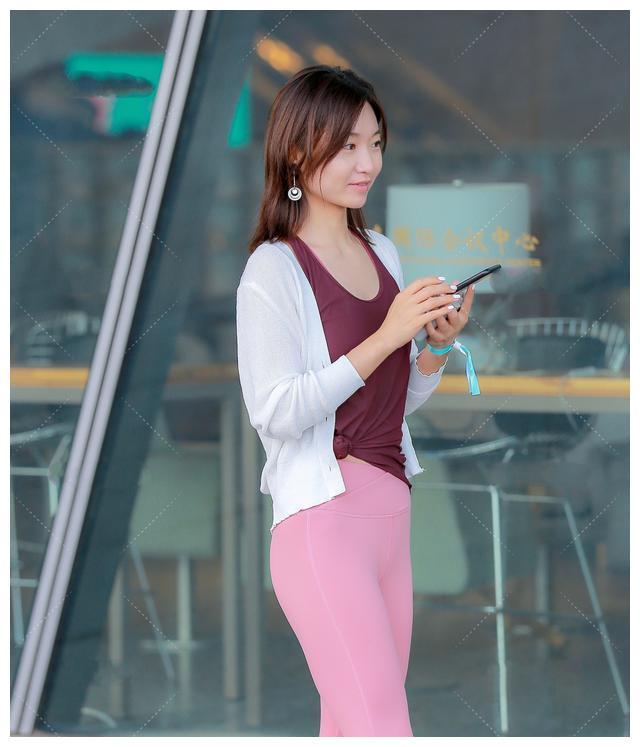 嫩粉色踩脚瑜伽裤,搭配枣红色背心,明亮时尚的少女运动风