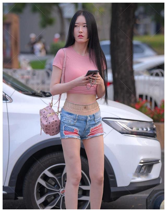 让时尚美女轻松驾驭的打底裤,打扮起来好看又前卫,更加惬意