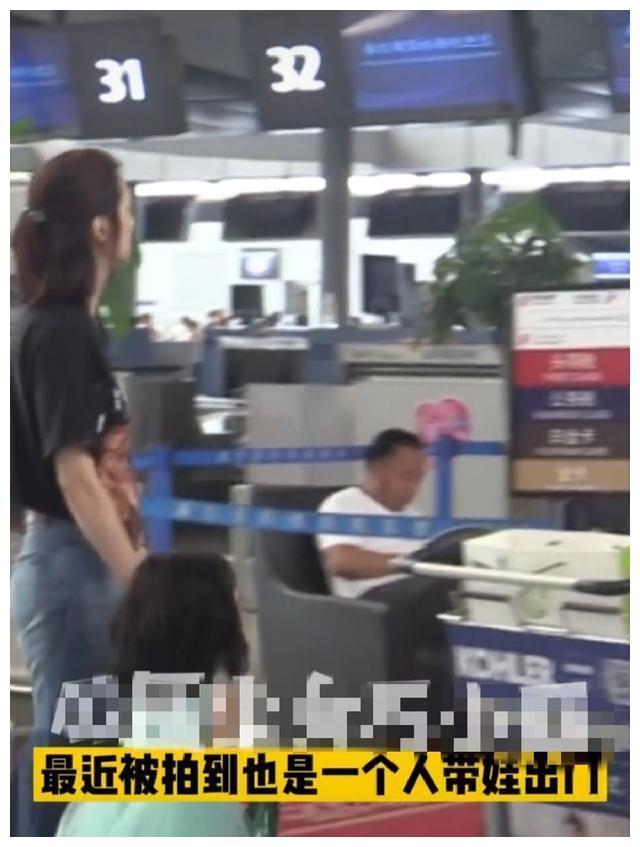 50岁洪欣养娃不易,女儿机场哭闹露无奈,为忙工作只能交给助理带
