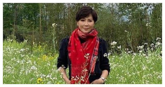 刘嘉玲在油菜地里拍照,戴红色围巾像大妈,和普通妇女没区别