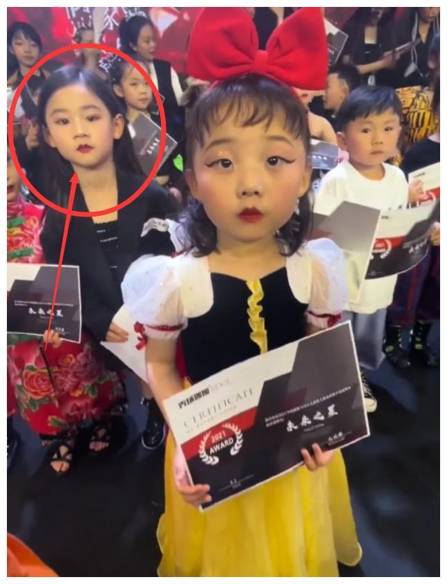 小模特撞脸辣目洋子,后面还站着一位童年版的刘亦菲