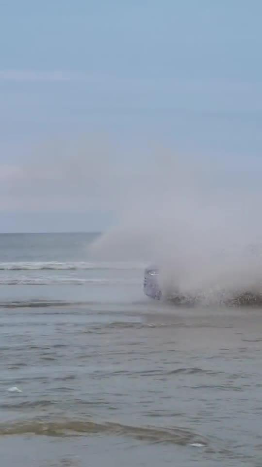 视频:比亚迪唐DM纯电版,沙滩玩起越野,电动车性能很霸气!