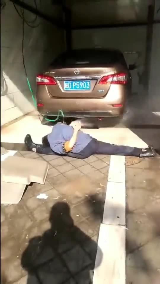 洗车都得有功夫了,洗个车等于表演了一套武术