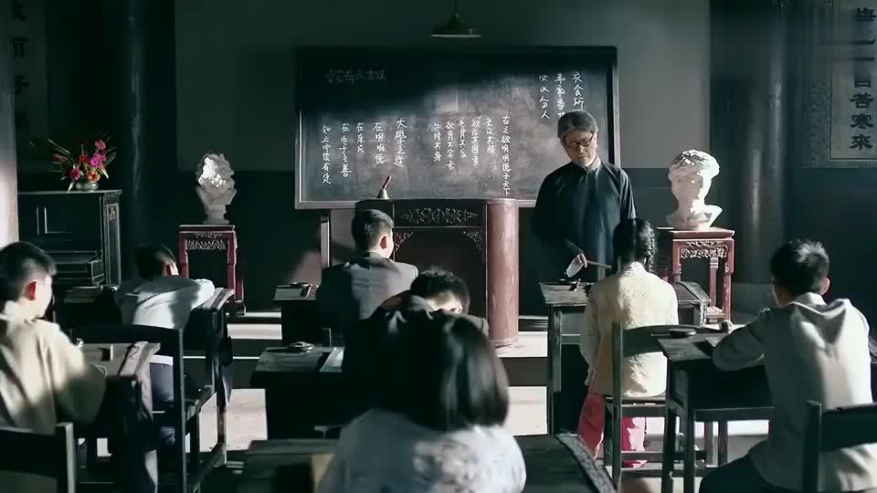影视:老先生用戒尺惩罚学生,年轻老师连忙阻止