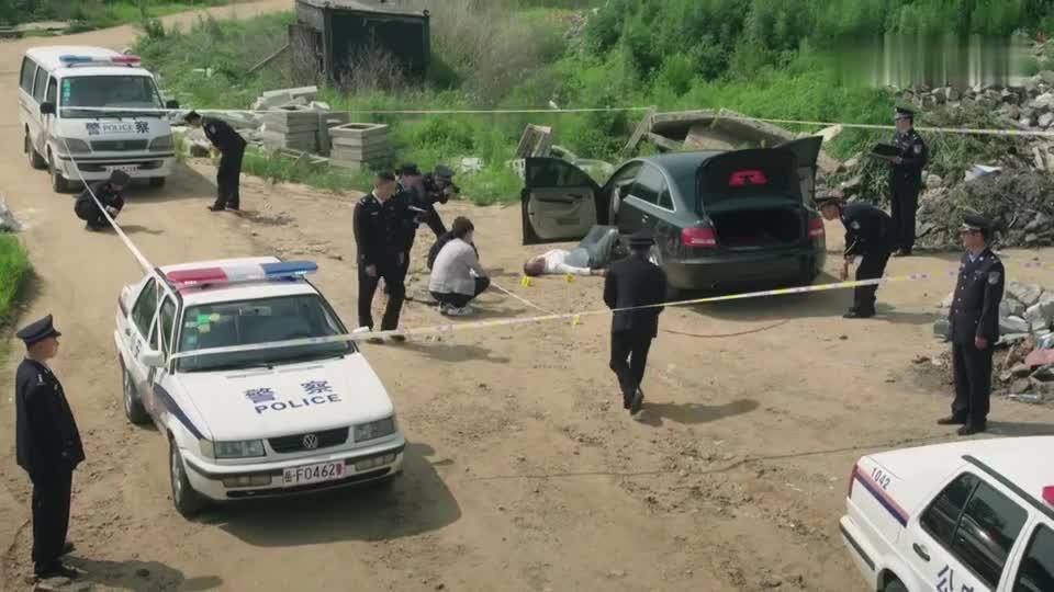 警察锅哥:嫌疑人曝尸荒野,简凡闯进他老窝,挽救最后的证据