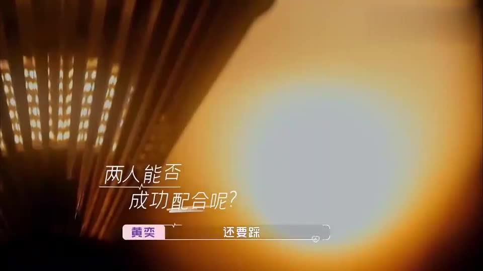 黄圣依崔伟做双人瑜伽,一个感觉靠得住,一个感觉像触电!