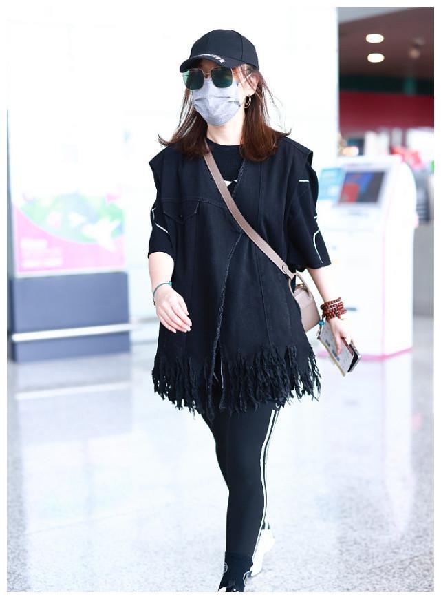 薛佳凝品味有点迷,穿一身黑背斜挎包,造型普通把气质也压住了