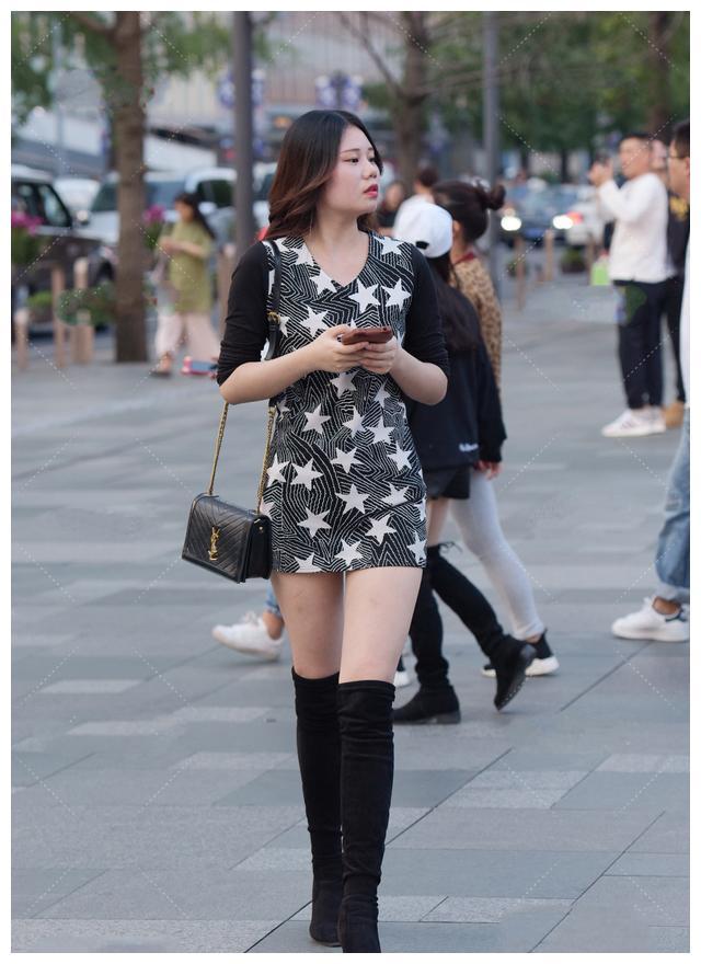 黑色修身连衣裙搭配长款骑士靴,端庄优雅,显腿长