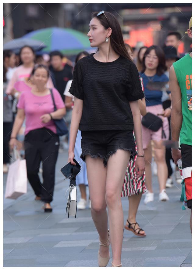 黑色t裇搭配牛仔短裤,帅气又时尚