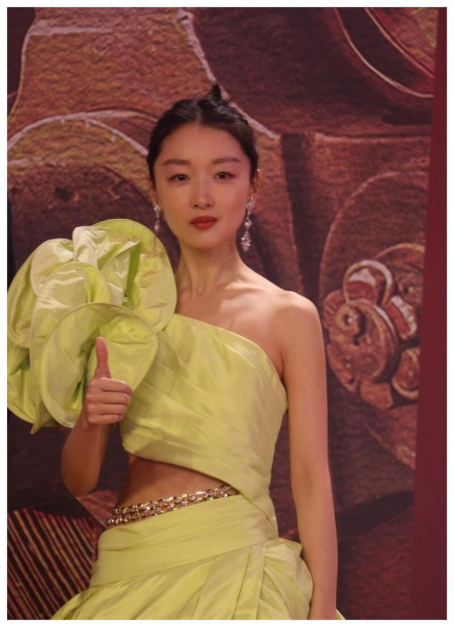 """星装:周冬雨一身单肩黄色套装干练自信,实力演绎""""小黄鸭"""""""