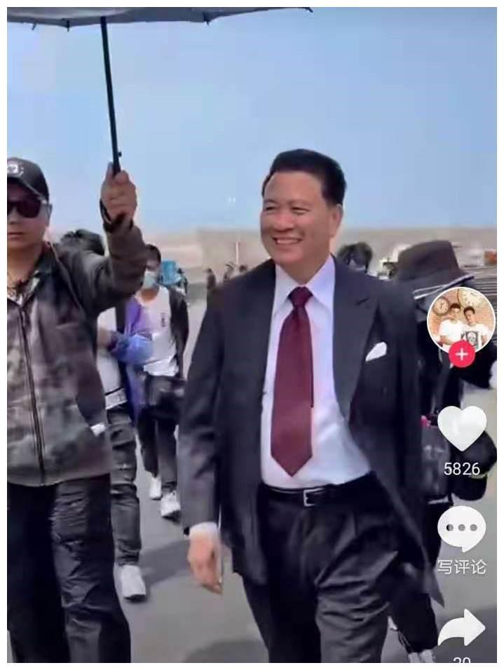 63岁万梓良罕露面,有专人撑伞一路护送,梳大背头穿西装气场足