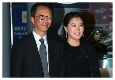 传伏明霞与梁锦松已经离婚,两人不同方式作出回应,网友:太遗憾