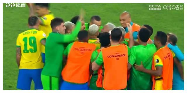 巴西2-1逆转取胜豪取10连胜!裁判现巨大争议,哥伦比亚疑似被黑