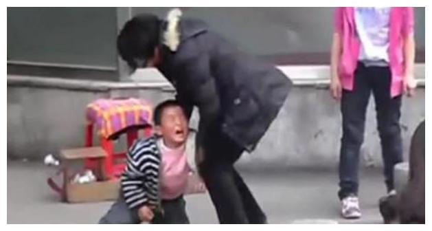 7岁女孩连踢妈妈3脚,只因妈妈忘买饮料,最后爸爸做了这样举动