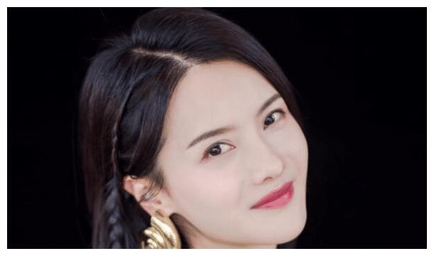 容貌出众的张芷溪,饰演过很多古装角色,给大家的感觉特别温柔