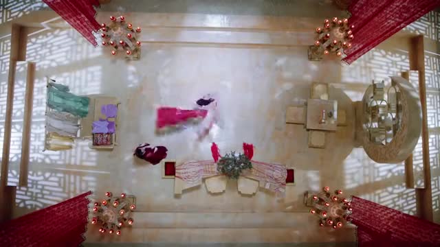 锦觅换上一身红色衣裳,美得惊为天人,像极了当年的先花神