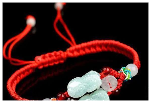 情感测试:4个红绳手链,你喜欢哪个?测你的白马王子何时露面