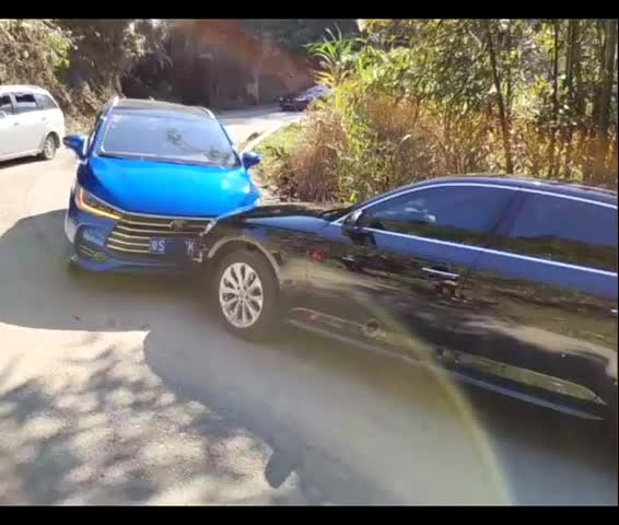 视频:比亚迪宋max对撞奥迪,公路坦克