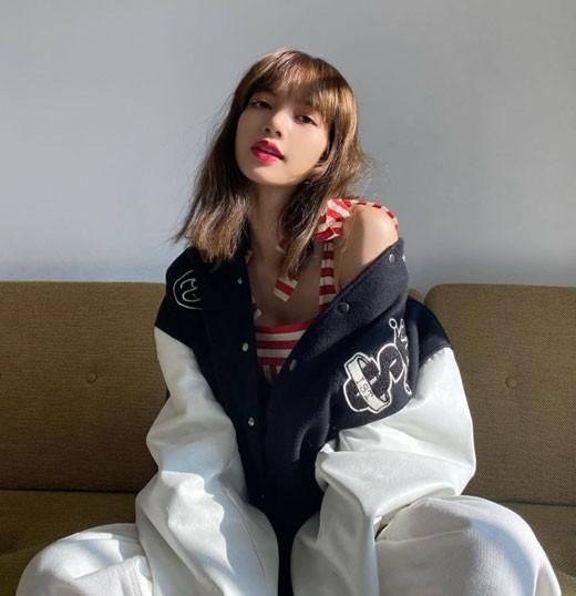 BLACKPINK Lisa公开红唇彩的近况照片 关注充满个性的时装