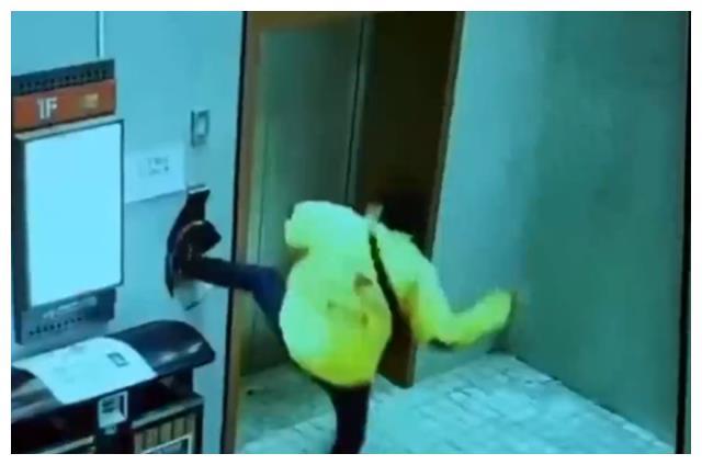 """是个狠人!湖北一外卖小哥用脚""""按""""电梯,一脚下去把墙踹出大洞"""