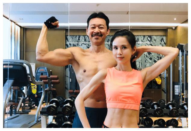 张丰毅与李若彤晒健身合照,皮肤色差明显,却让人觉得美感十足